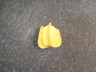 李子炖排骨,切三片姜