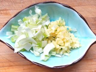 煎海藻鸡蛋饼,切碎备用