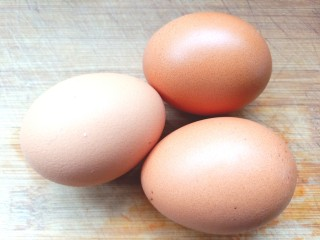 煎海藻鸡蛋饼,取3个<a style='color:red;display:inline-block;' href='/shicai/ 9/'>鸡蛋</a>