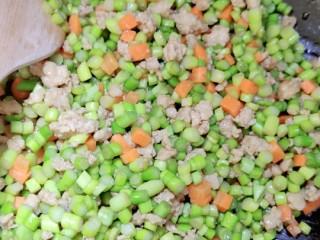 肉沫蒜薹,一起炒五分钟后就可以了。