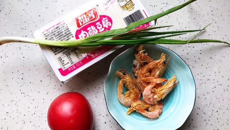 西红柿虾干豆腐羹,首先我们准备好所有食材