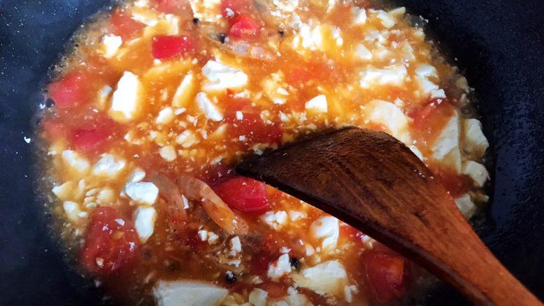西红柿虾干豆腐羹,搅拌至汤羹变的稍稍粘稠