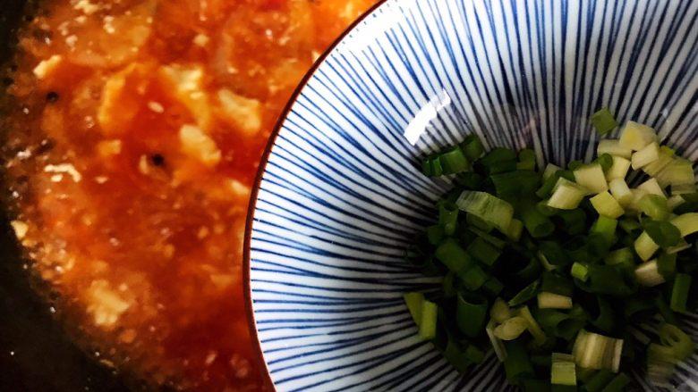 西红柿虾干豆腐羹,加入小葱,即可