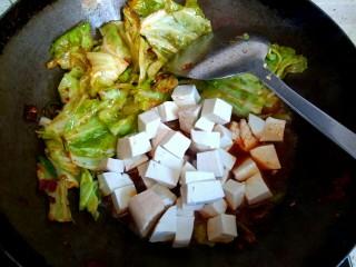 包菜烧豆腐,放入豆腐