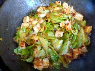 包菜烧豆腐,翻炒均匀即可关火出锅