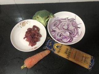 黑椒牛柳炒意大利面,全部材料,牛肉切条,洋葱切丝,红萝卜削皮切丝,西兰花切成小朵