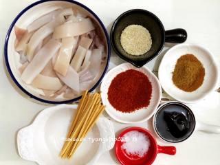 烤鱿鱼,把所有需要用到的材料都先准备好,先把<a style='color:red;display:inline-block;' href='/shicai/ 345/'>鱿鱼</a>洗干净,撕去红皮,鱿鱼须的吸盘用剪刀剪掉,把鱿鱼切成条