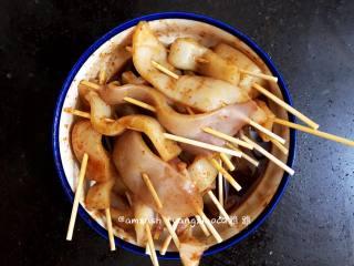 烤鱿鱼,然后搅拌均匀,用保鲜膜封好,放进冰箱冷藏腌制2小时
