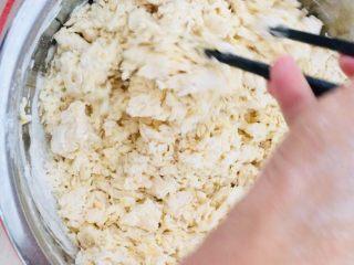 南瓜发饼,搅拌成絮状。