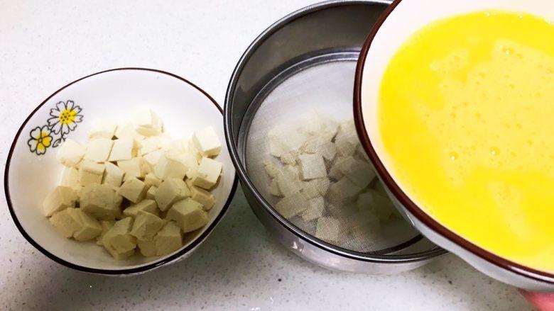 什锦蛋蒸豆腐,把鸡蛋液过筛后倒入豆腐里面