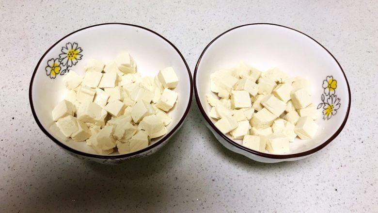 什锦蛋蒸豆腐,把豆腐分装在2个碗里