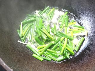 葱油拌面,下入葱段,用筷子搅拌