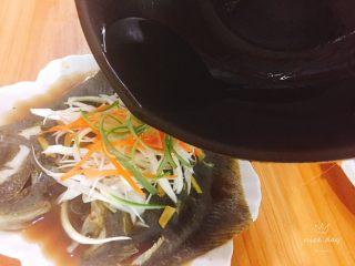 清蒸多宝鱼,在鱼上浇入热油
