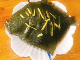 清蒸多宝鱼,撒些姜,用筷子将其托起