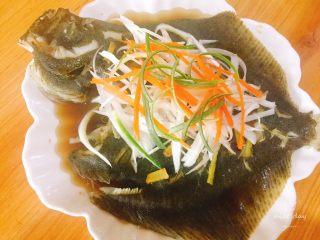 清蒸多宝鱼,重新放上大葱丝与胡萝卜丝,倒入蒸鱼豉油