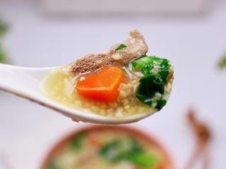 生滚猪肝时蔬小米粥,明目清肝又营养丰富的生滚猪肝时蔬小米粥就出锅咯。