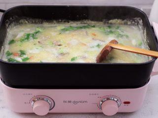 生滚猪肝时蔬小米粥,大火煮沸后即可关火。