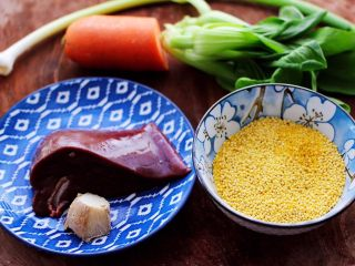 生滚猪肝时蔬小米粥,首先备齐所有的食材。