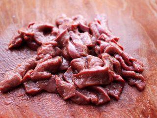 生滚猪肝时蔬小米粥,把猪肝用刀切成薄片。