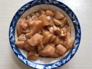 蒜蓉蒸鸡胸肉,翻拌抓匀腌制10分钟