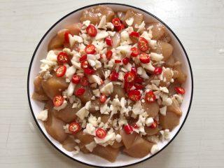 蒜蓉蒸鸡胸肉,油热放蒜末爆香,淋在鸡胸肉上放小米椒