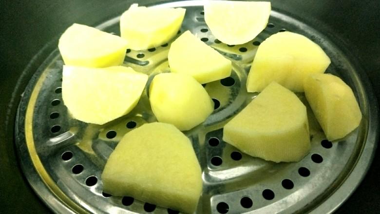 土豆糯米饼,放入烧开的水中蒸15分钟