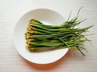 蒜苔尖鸡蛋饼,从蒜苔上摘取蒜苔尖。