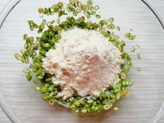 蒜苔尖鸡蛋饼,加入面粉搅拌均匀。
