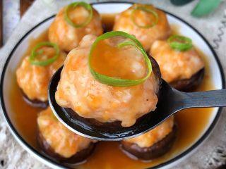 香菇酿虾丸,取出倒出蒸出的水加半勺生抽、半勺蚝油、半勺淀粉、3勺水搅拌均匀,放锅里煮开浓稠淋在虾丸上,葱丝装饰即可
