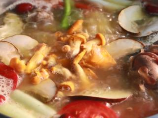 在野生菌王国做一顿野生菌火锅,吃完真的可以看见小人跳舞