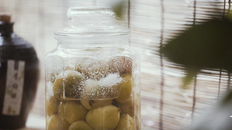 【脆青梅】嘎嘣一咬,酸甜生津,尝尝古人初夏的滋味!,青梅放入罐子里,加入汤水,再加入一百克白糖,腌制2-3天。
