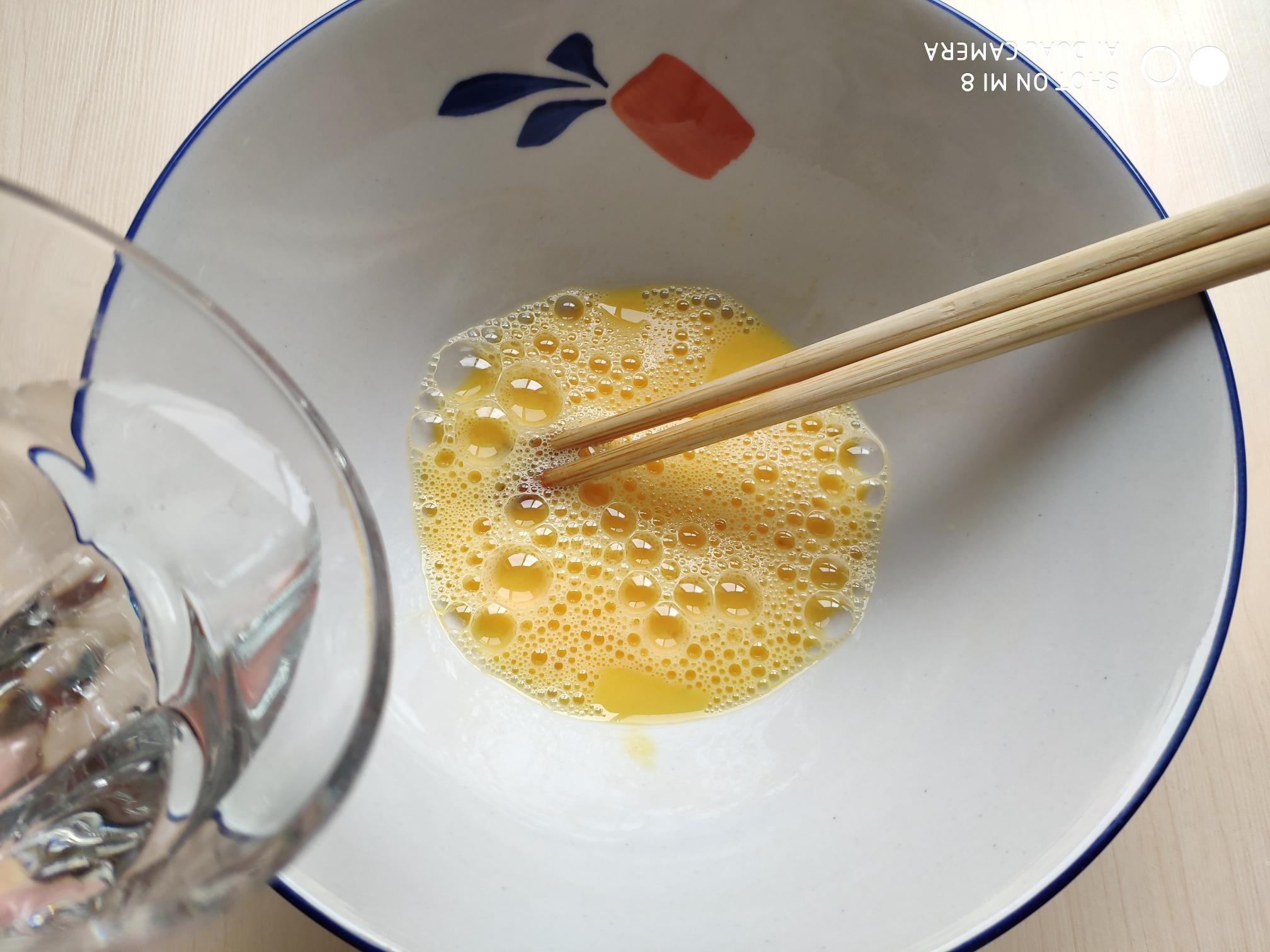 茴香小油条(不用手揉),倒入水搅匀,水先不要都倒进去,可以留一点,过会儿根据面糊的稀稠度再加。</p> <p>水的用量和鸡蛋的大小,以及面粉的干湿度有关。