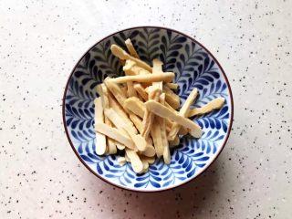 里脊肉香干水芹菜,香干稍微冲洗一下之后切成丝