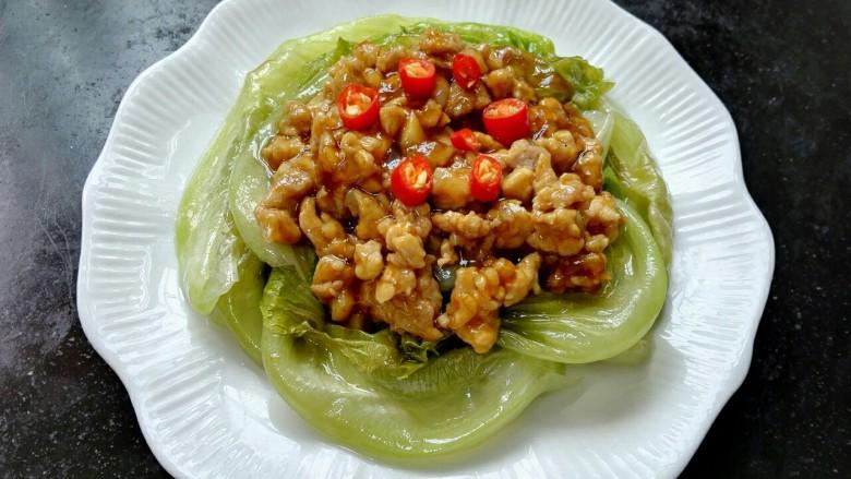 肉末生菜,将炒好的肉末浇在生菜上,放上小米辣点缀
