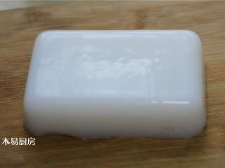 夏日小凉粉,用手轻轻地分离边缘,很容易将做好的凉粉倒扣出来。