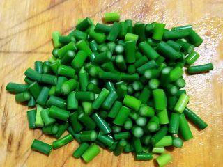 蒜苔辣炒鸡胗,蒜苔切成两厘米长的段状
