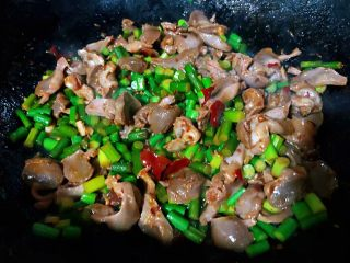 蒜苔辣炒鸡胗,所有调味料入味均匀即可出锅享用这道美味不能炒至时间过长影响口感