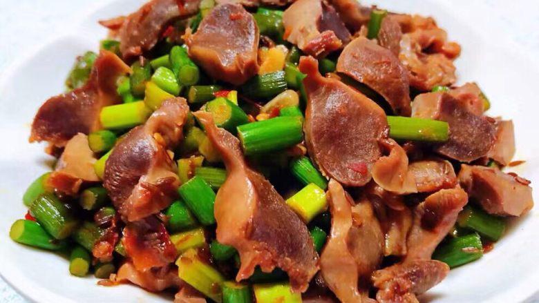 蒜苔辣炒鸡胗,美味可口的蒜苔炒鸡胗就大功告成啦装入容器中