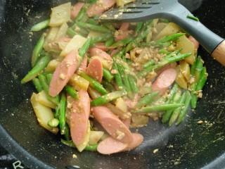 咸蛋芦笋火腿焗土豆,翻炒均匀即可