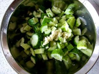 花生米拌黄瓜,蒜末放到黄瓜上
