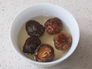 健康营养又色香味俱全滴【藜麦香菇彩椒盅】,香菇提前用温水泡开