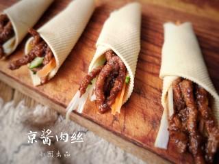 京酱肉丝,用焯好的豆腐皮卷起肉和菜。