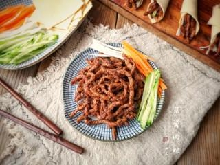 京酱肉丝,色泽红润,味道鲜美的京酱肉丝就完成了。