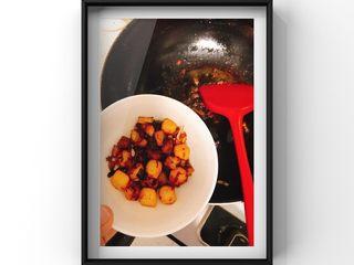 山药牛奶炖猪脚,倒入少量宝宝酱油磨过猪脚肉的水量煮60分钟,全程用小火慢炖,煮至收汁后,猪脚肉和山药上色后捞出里面的大料不要!