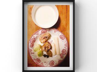 山药牛奶炖猪脚,所需食材:猪脚2小块(提前焯水),山药1根,八角2个,大葱适量,香叶1片,牛奶1小碗(纯牛奶)