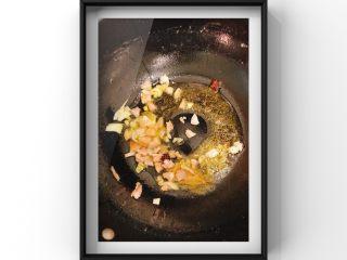 山药牛奶炖猪脚,锅内倒入油倒入香叶,八角,3-4颗冰糖,大葱,倒入猪脚肉一起炒香!