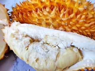 榴莲炖鸡,准备一个大榴莲,起床后榴莲就剩这么一块肉了,剩下的全是壳,煲汤首选厚壳啊哈。