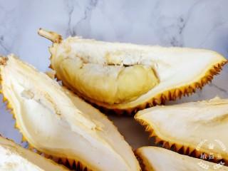 榴莲炖鸡,这个榴莲很新鲜,只是肉肉真的不是很多。所以榴莲一半的重量在壳上。