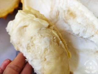榴莲炖鸡,榴莲肉营养是很高的,冷藏以后会更好吃,但是吃多了也怕上火,所以那个壳炖鸡汤可以去火。