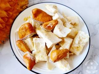 榴莲炖鸡,就如图中这样,把白瓤去掉,然后切成小块儿,把吃掉榴莲的核也一起洗净备用